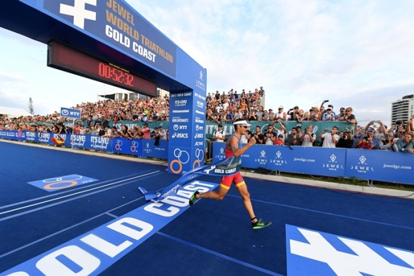 Mario Mola ganando en gold Coast