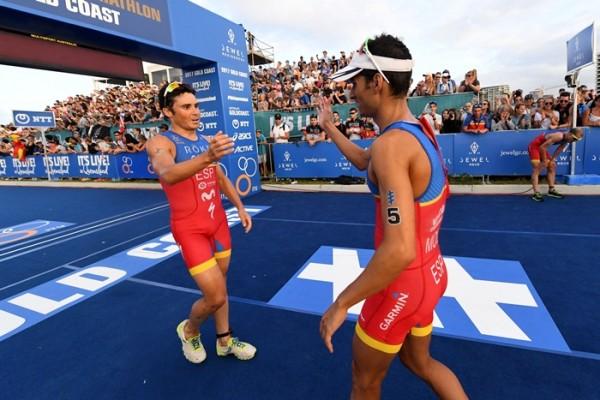 Mario Mola y Gomez Noya felicitandose en meta