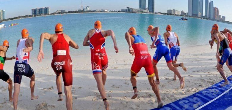 Salida de la prueba de Abu Shabi en las Series Mundiales de triatlón
