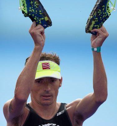 Clemente Alonso en meta de Ironman