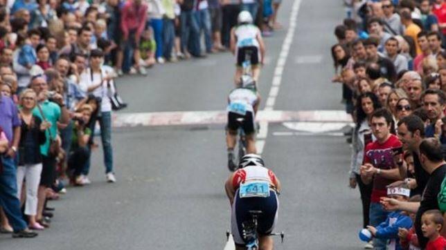 Publico animando en el sector ciclista del Zarauzko Triatloia