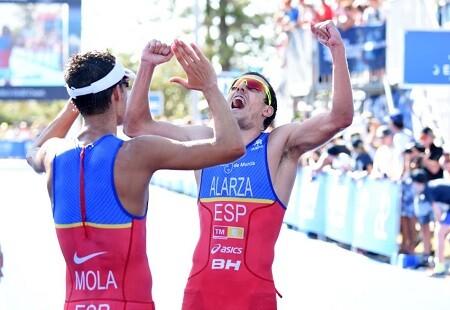 Mario Mola y Fernando Alarza en la meta de Gold Coast