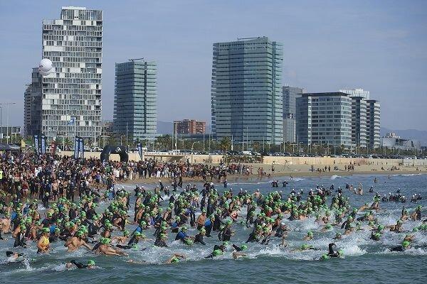 Salida natación Barcelona Triathlon