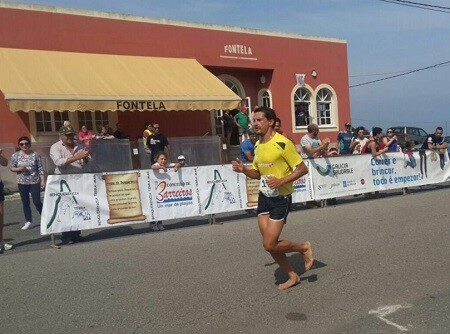 Iván Raña corriendo descalzo en la carrera de Benquerencia Terra Mar