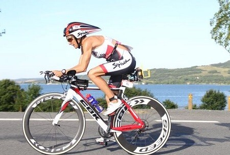 Ana Casares à vélo