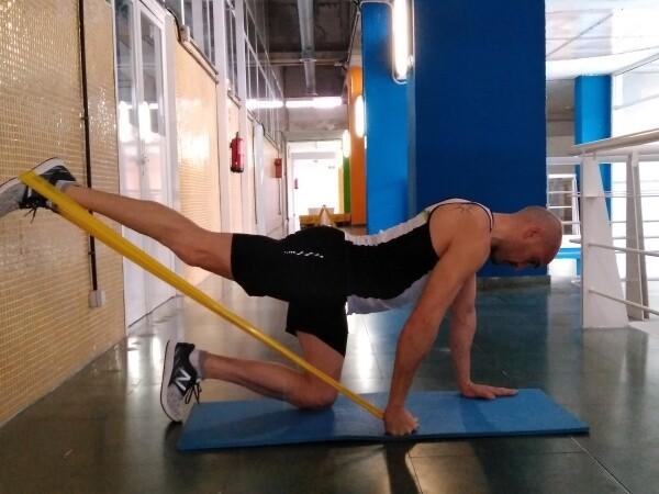 Entrenamiento funcional Extenxión pierna con goma