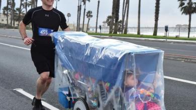 Photo of An athlete runs a marathon pushing his 5 children born prematurely