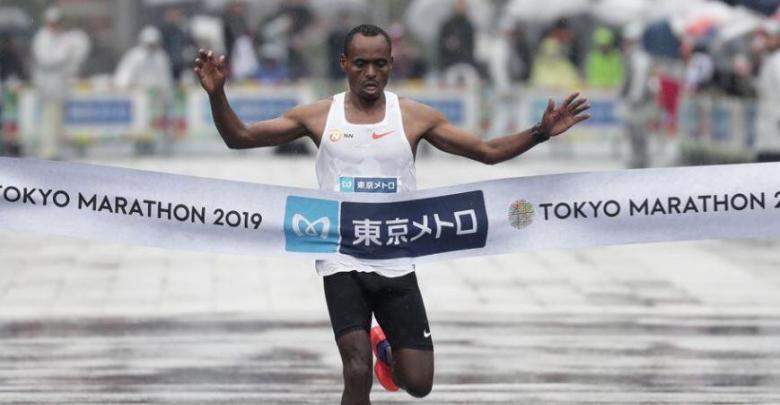 Foto von Legese gewinnt den Tokyo-Marathon in 2: 04 im Regen
