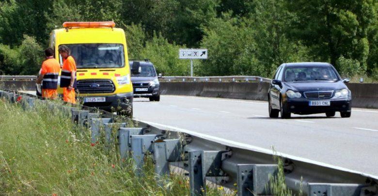 Road staff on the C-66 in Cornellà de Terri, where the fatal accident has occurred. (ACN / Gemma Tubert)