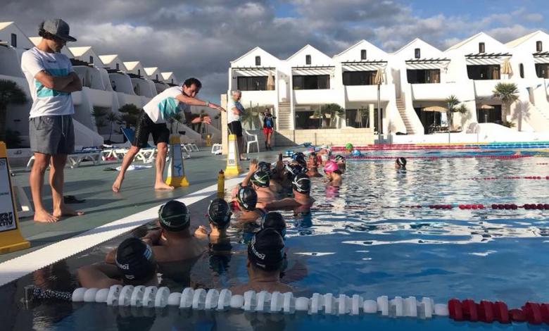 Alejandro Santamaría impartiendo clases de natación en el campus de triatlón