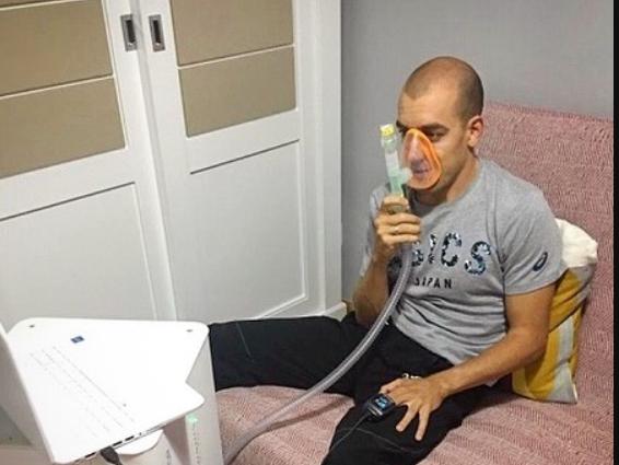 Fernando Alarza using the hypoxia machine