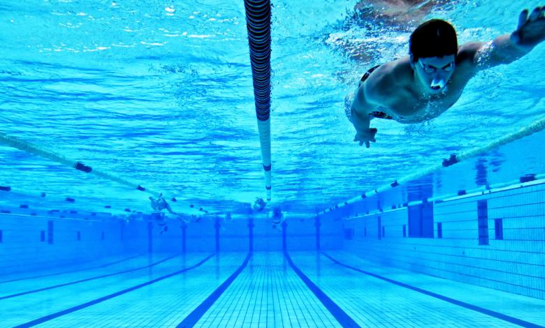 Un nadador en el el de CARD Sierra Nevada.