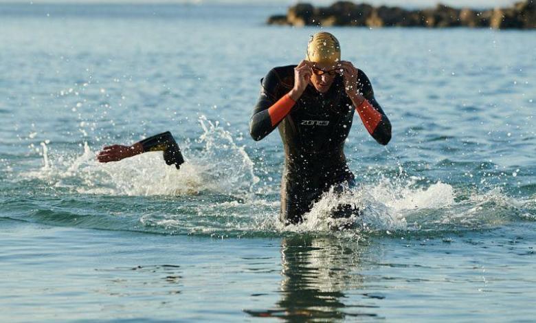 Schwimmer mit Neoprenanzug zone3