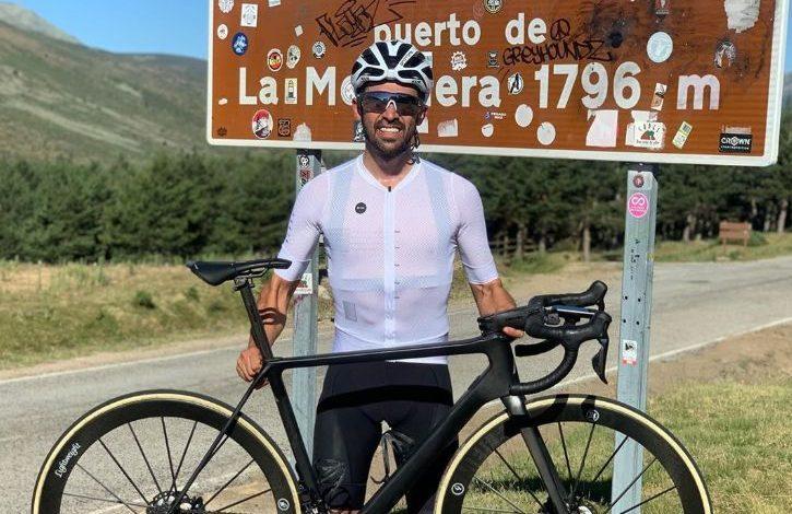 Alberto Contador en la cima de la Morcuera