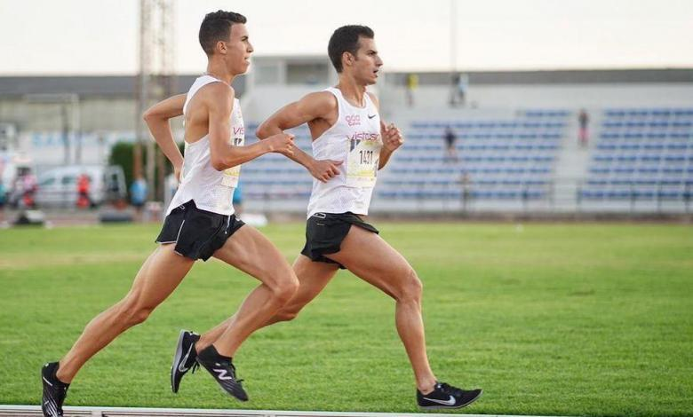 Mario Mola competing in 3.000 meters on the track