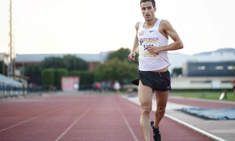 Mario Mola betritt die 3.000 Meter lange Ziellinie auf der Strecke