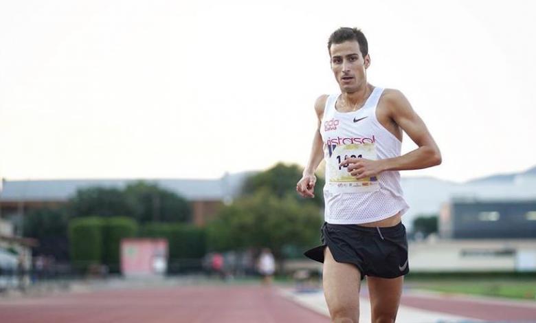 Mario Mola entrando en meta del 3.000 metros en la pista