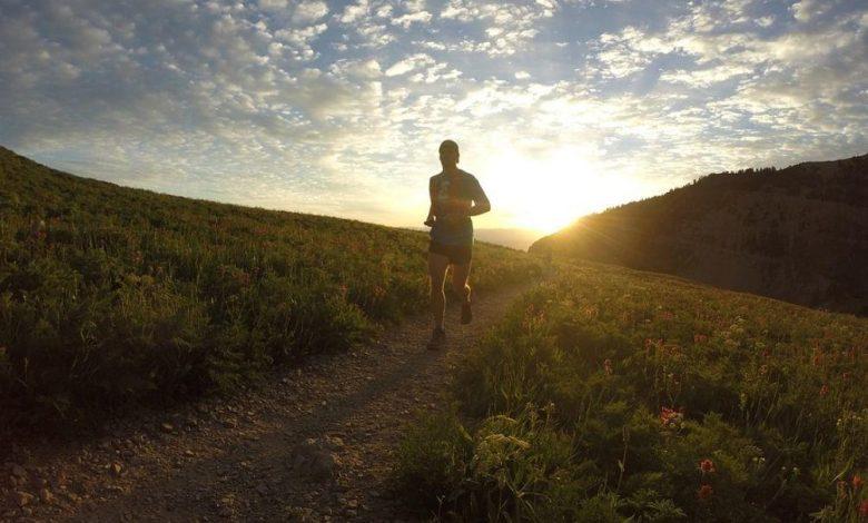 Un deportista corriendo al anochecer