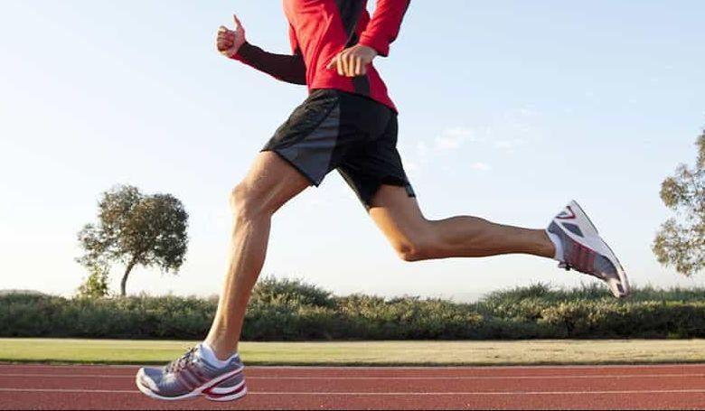 Corredor entrenando en pista