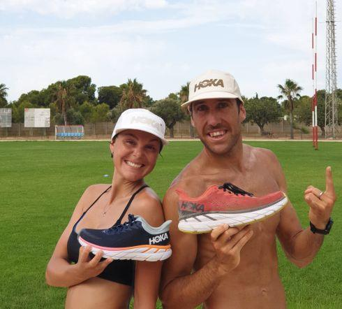 Emilio Aguayo et Nats exhibant leurs pantoufles Hoka