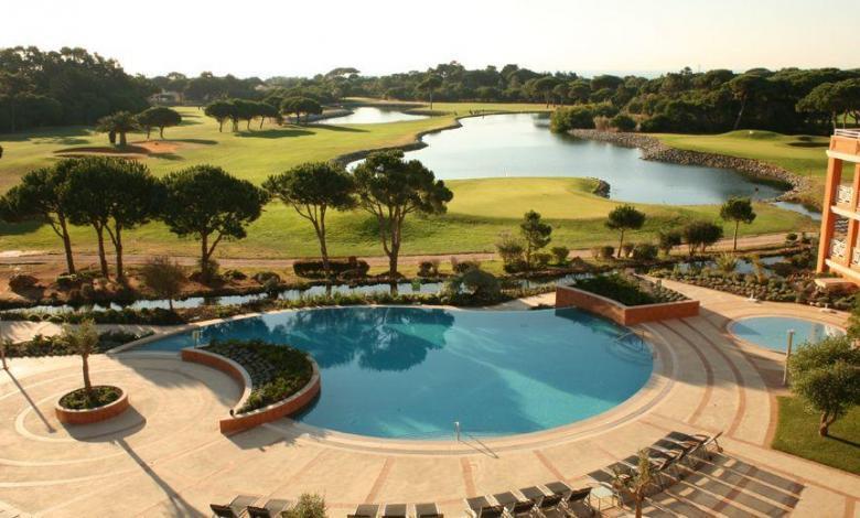 Pool und See des Onyria Quinta da Marinha Hotels,