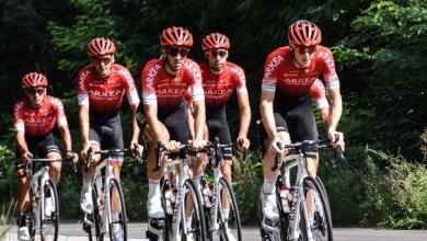Foto von zwei Personen, die in Nairo Quintanas Team wegen Verdachts auf Doping festgenommen wurden