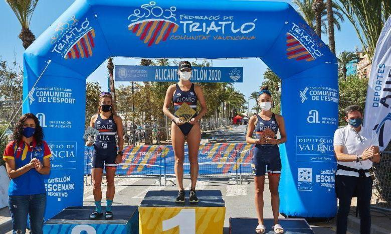 Camila Alonso at the top of the podium of the Alicante Triathlon 2020