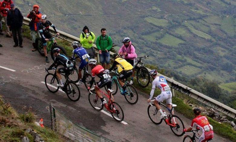 Subida a un puerto de montaña en la Vuelta a España