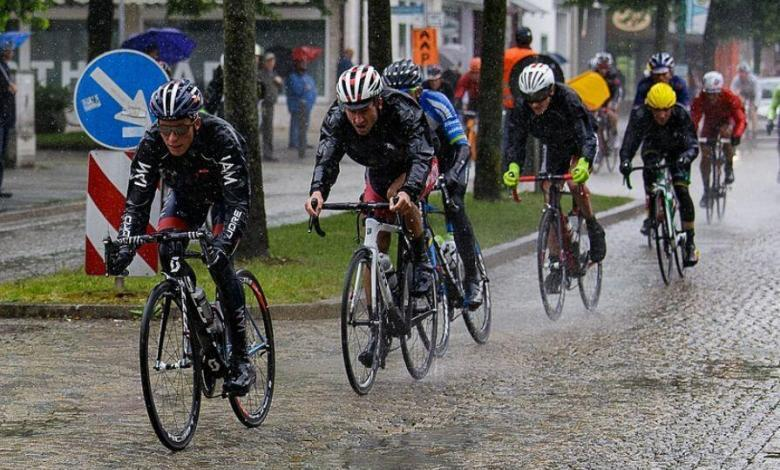 Ciclistas rodando con lluvia