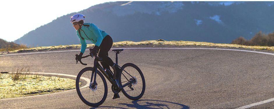 Equipación femenina ciclismo Santini para el frio