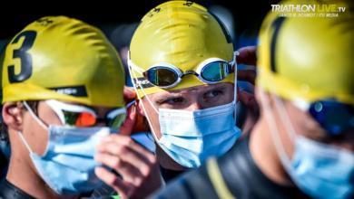 Triatletas con mascarillas antes de una competición