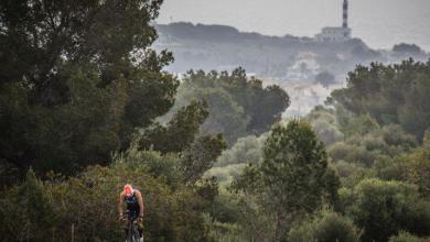 Segmento ciclista con el faro de Portocolom al fondo