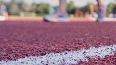 Atleta entrenando en pista de atletismo