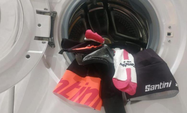 Ropa ciclista en la lavadora