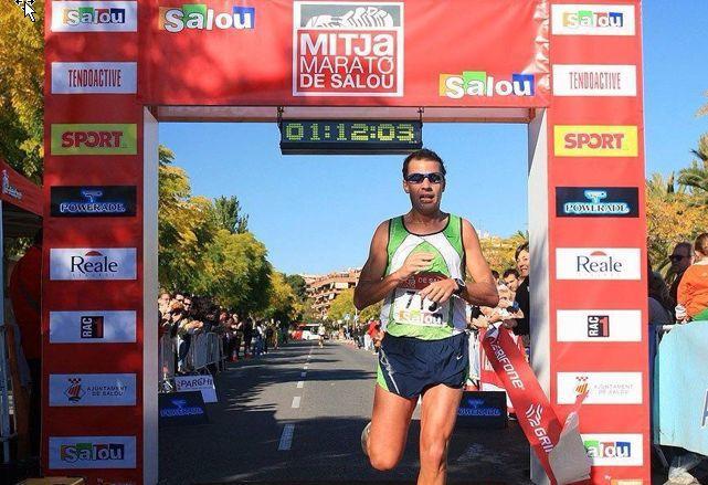Juanan entrando en meta en la media maratón de Salou