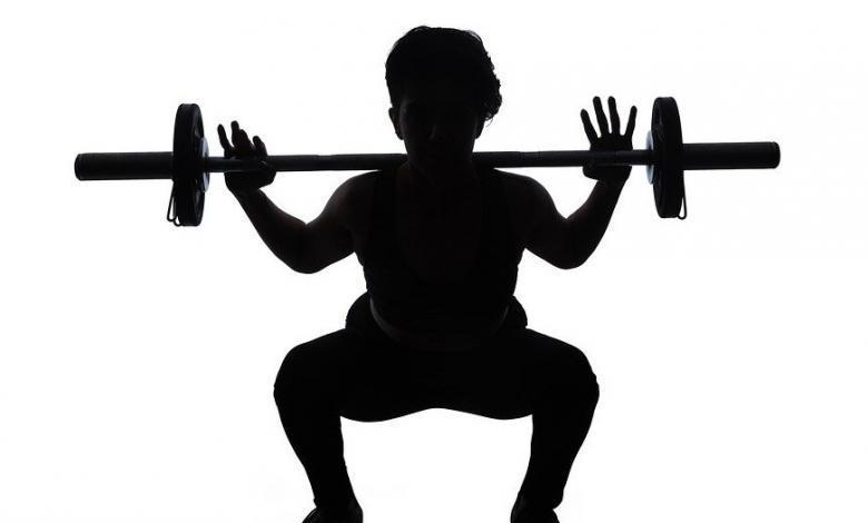 Niño levantando pesas