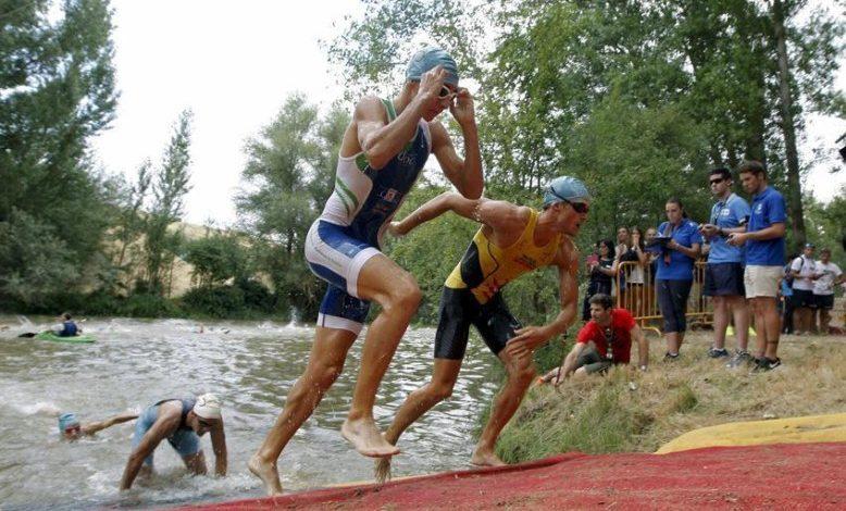 Verlassen Sie das Wasser im Almazán Triathlon