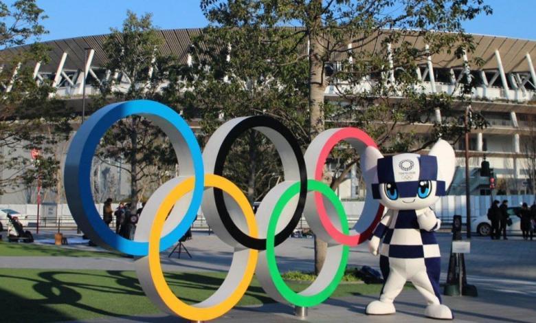 Anillos olímpicos con mascota de Tokio 2020