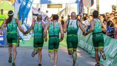 Un equipo de triatlón entrando juntos en meta
