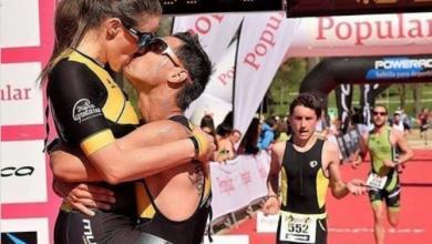 una pareja de triatletas en meta