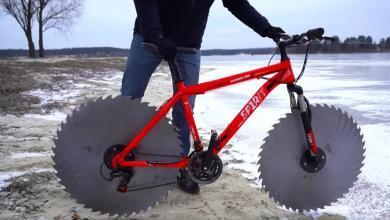 Captura de la bicicleta con sierras en vez de ruedas