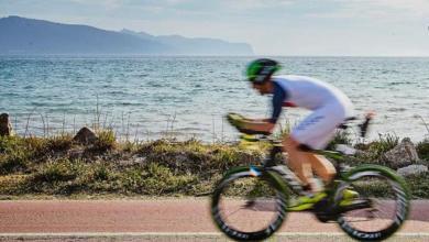 Un triatleta en el segmento ciclista del IROMAN Mallorca