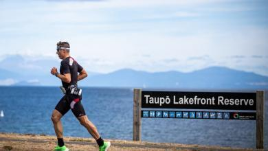 un triatleta en el segmento de carrera del IRONMAN New Zealand