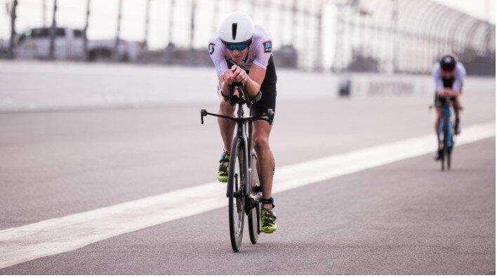 triatleta en el segmento ciclista de Daytona