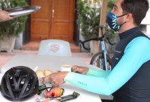 Alberto Contador desayunando en una cafeteria