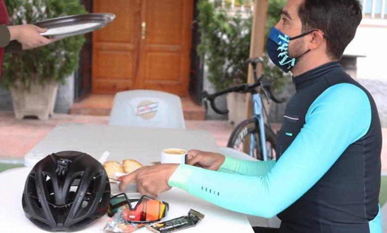 Alberto Contador having breakfast in a cafeteria