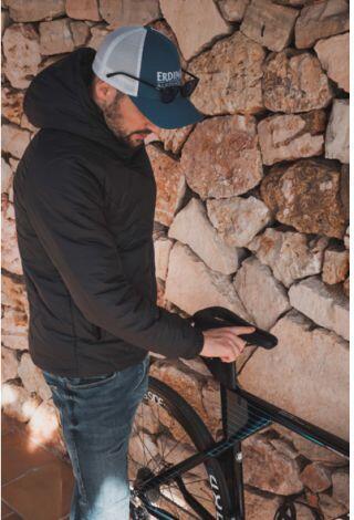 Patrick Lange con una bici y el sillín WATT de Selle