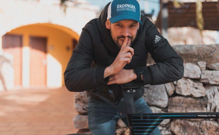 Patrick Lange con una bici y el sillín WATT de Selle 2