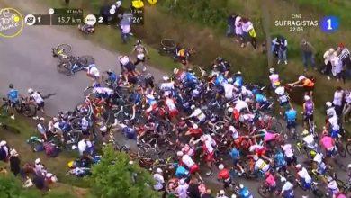 Una espectadora provoca una caída en la primera etapa del Tour de Francia