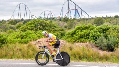 Un triatleta con Port aventure de fondo